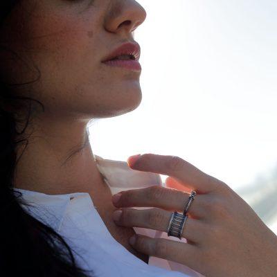 anello tempio donna indossato