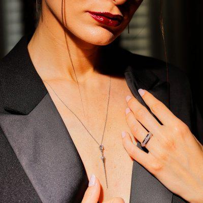 collana lancia donna indossata
