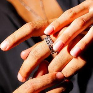 anello sfilata del cavaliere uomo indossato